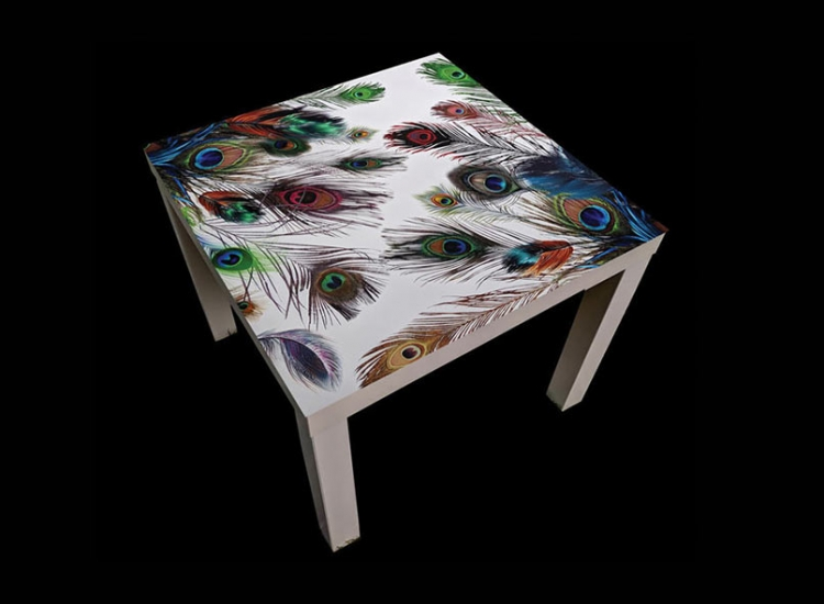 Peacock-feathers-table